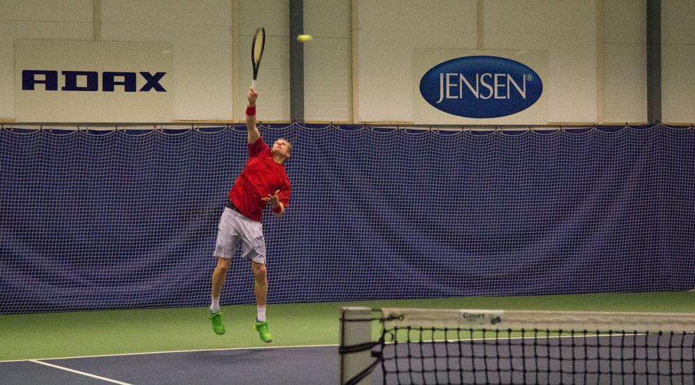 Daniel Tomter slår en serve