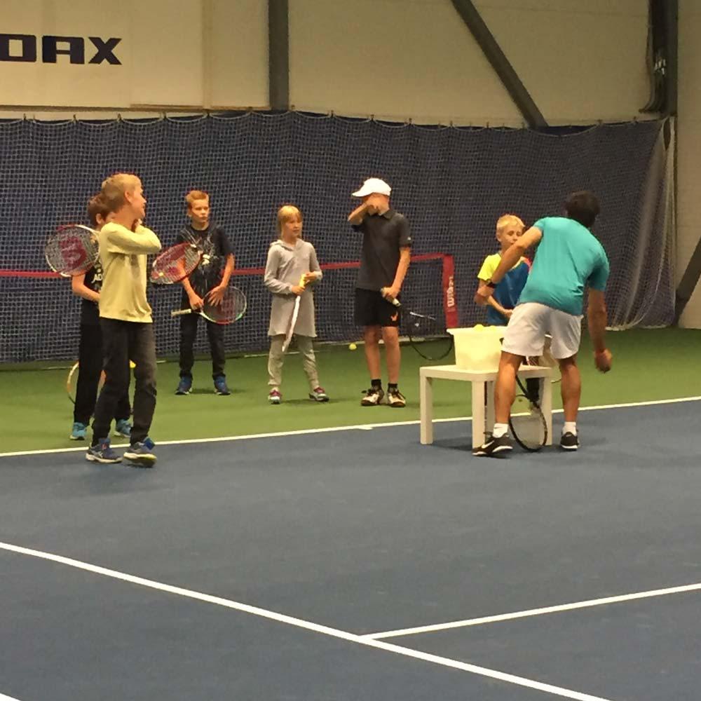 Spiller tennis i Adaxhallen